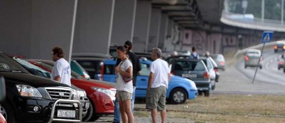 Rijetko viđene scene: Masovno skrivanje automobila pod mostove i u garaže (FOTO)