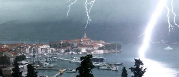 Turist snimio spektakularne udare munja u Korčuli (VIDEO)