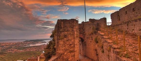 Čaroban suton na kliškoj tvrđavi nakon prolaska olujne ciklone Pomet (FOTO)