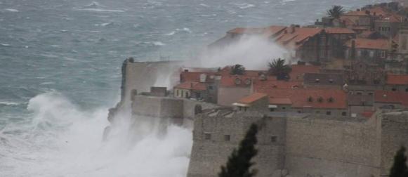U Dubrovniku valovi orkanskog juga prebacivali zidine, noćas bura s udarima preko 200 km/h! (VIDEO)
