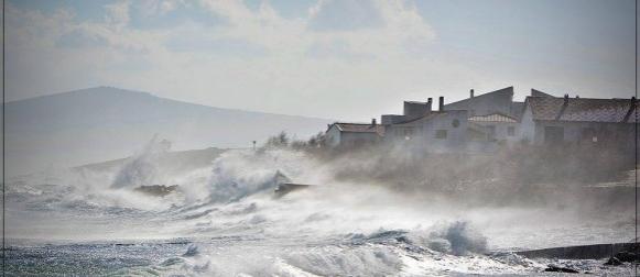 Bura podno Velebita ima udare preko 170, u Makarskoj do 148 km/h (FOTO, VIDEO)