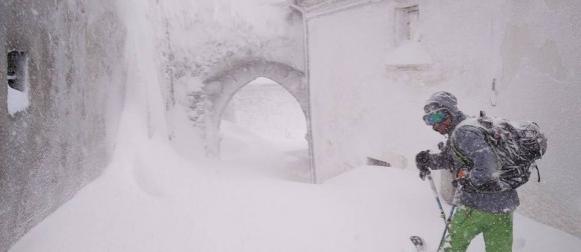 Središnja Italija: Ekstremne količine snijega, potresi, lavina zatrpala hotel