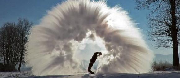 Eskperiment u BiH na -31°C: Pogledajte što se dogodi s kipućom vodom kada se baci u zrak