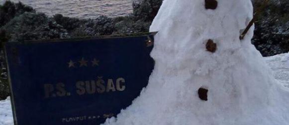 Ciklona Nora:   Snijeg na Visu pao nakon 5 godina; Orkanska bura zatvara ceste